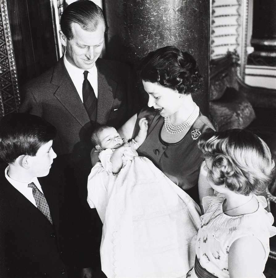 Королева с герцогом Эдинбургским и детьми, принц Чарльз, принц Эндрю и принцесса Анна, март 1960 года