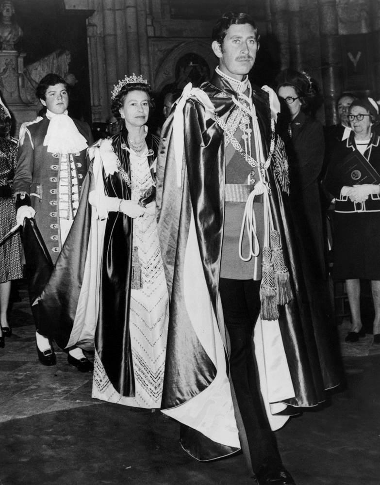 Елизавета II c принцем Чарльзом после вручения ему Великого Мастера ордена Бани 28 мая 1975 года, в Вестминстерском аббатстве
