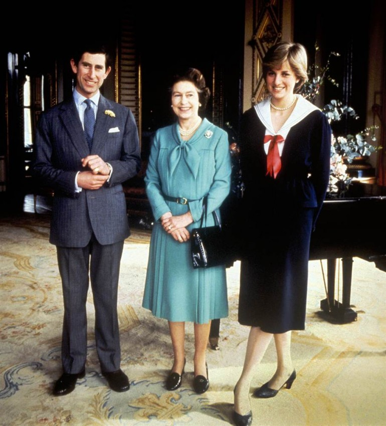 Королева Елизавета II с принцем Чарльзом и его невеста леди Диана Спенсер в Букингемском дворце 27 марта 1981 года