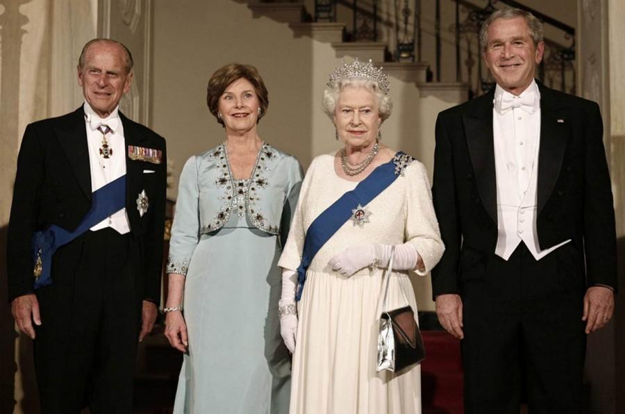 Президент США Джордж Буш, первая леди Лора Буш, королева Елизавета II и принц Филипп, герцог Эдинбургский в Большом фойе Белого дома на государственном ужине в Вашингтоне, 7 мая 2007 года