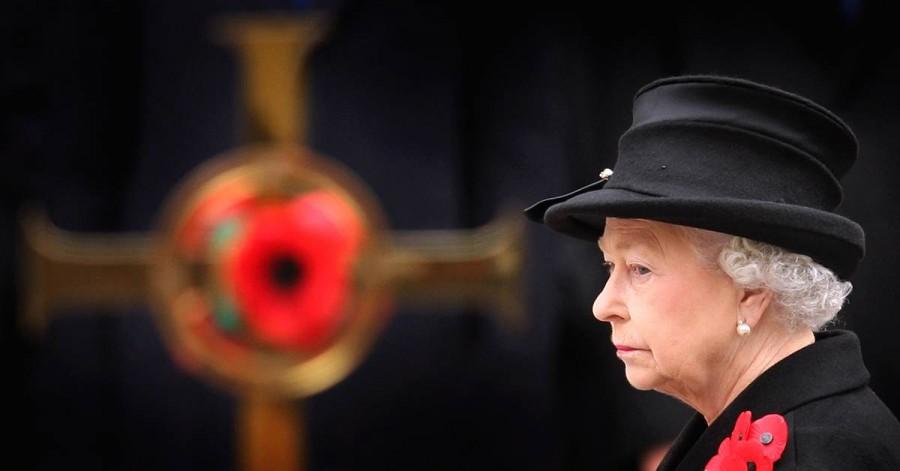 Королева Елизавета II посещает службу в Кенотаф 9 ноября 2008 года в Лондоне. В этом году отмечалось 90-летие окончания Первой мировой войны