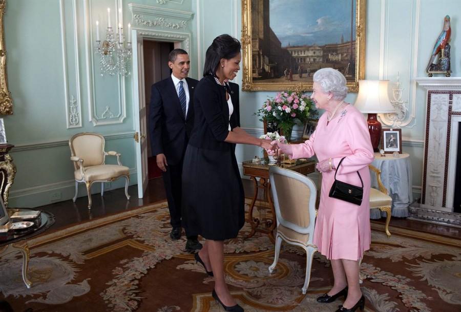 Президент США Барак Обама и первая леди Мишель Обама приветствуют Ее Величество Королеву Елизавету II в Букингемском дворце 1 апреля 2009 года