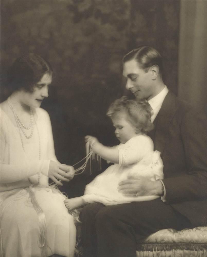 Герцог и герцогиня Йоркские и их дочь принцесса Елизавета в июне 1927 года