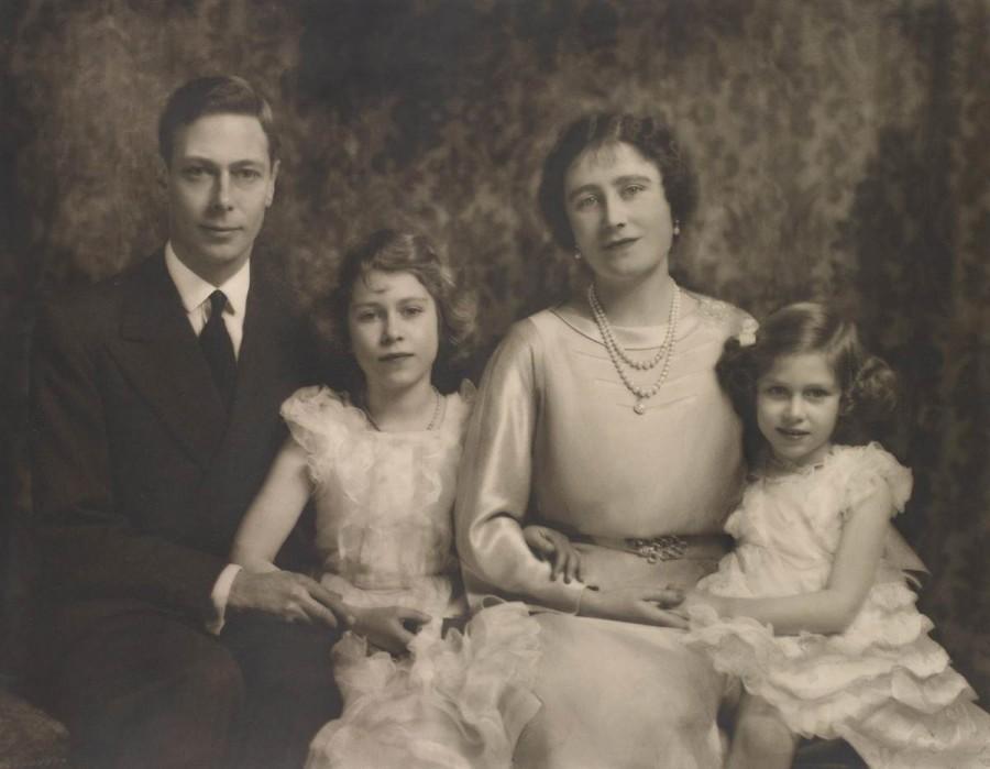 Британский король Георг VI и королева Елизавета со своими дочерьми принцессами Елизаветой и Маргарет в декабре 1936 года