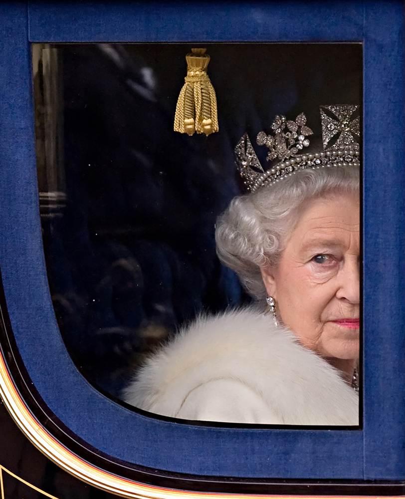 Елизавета II возвращается в Букингемский дворец в центре Лондона из Парламента 18 ноября 2009 года