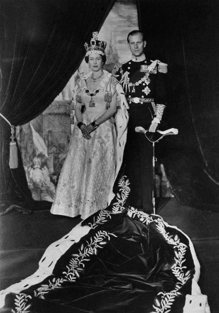 Королева Елизавета II и принц Филипп после коронации королевы в Букингемском дворце 2 июня 1953 года