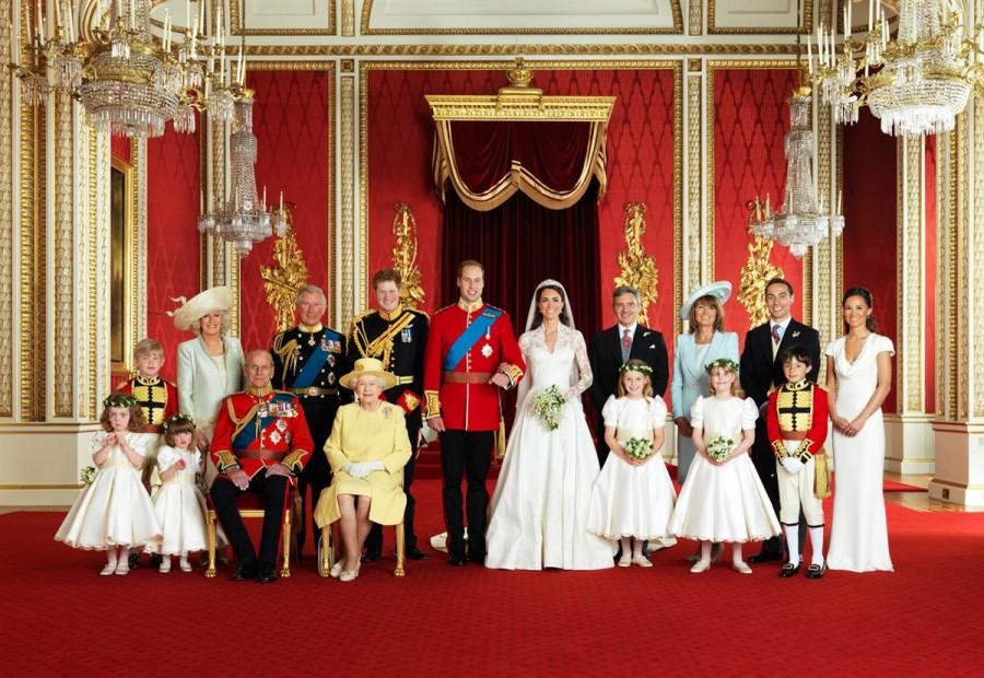 Официальный свадебный королевский портрет, сделанный в Тронном зале Букингемского дворца в Лондоне 29 апреля 2011 года