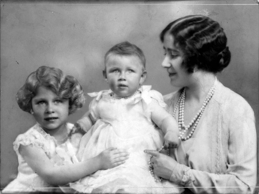 Будущая королева Елизавета с матерью и принцессой Маргарет в 1930 году