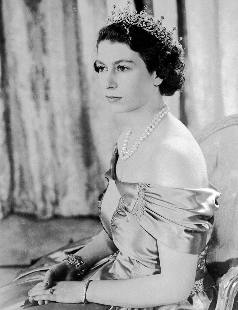 Принцесса Елизавета в серебряном платье с алмазной диадемой и жемчужном ожерелье в августе 1949 года