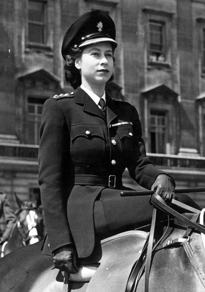 Принцесса Елизавета в костюме гренадерской гвардии в 1947 году