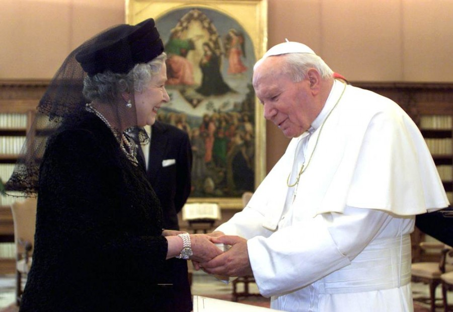 Королева Елизавета и Папа Римский Иоанн Павел II в Ватикане 17 октября 2000 года