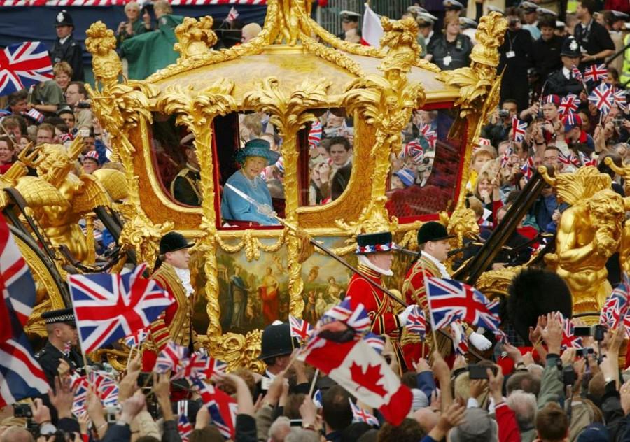 Королева Елизавета и принц Филипп в Золотой карете выезжают из Букингемского дворца в собор Святого Павла, празднование Золотого юбилея 4 июня 2002 года