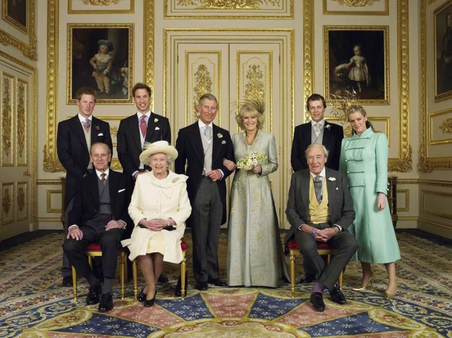 Принц Уэльский и его новая невеста Камилла, герцогиня Корнуолл, со своими семьями в Белой гостиной в Виндзорского замка после свадебной церемонии 9 апреля 2005 года. Принц Гарри, принц Уильям, Том и Лора Паркер Боулз, герцог Эдинбургский, королева Елизавета, отец Камиллы майор Брюс Шэнд