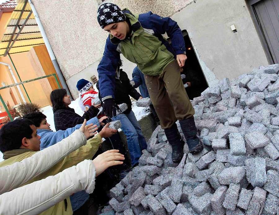 Дети из Фонда помощи больным аутизмом в Мишкольце помогают разгружать денежные брикеты