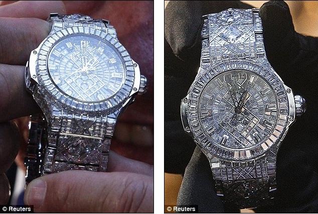 Часы усеяны 1292 бриллиантами