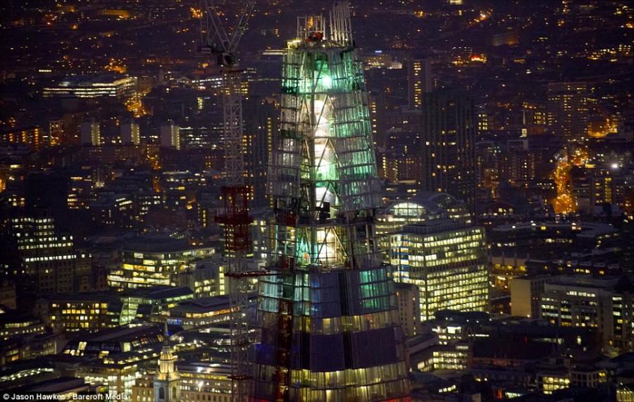 Самое высокое здание крупным планом