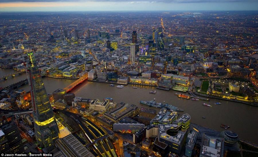 Свет от зданий и автомобилей не позволяют Лондону погрузиться во тьму