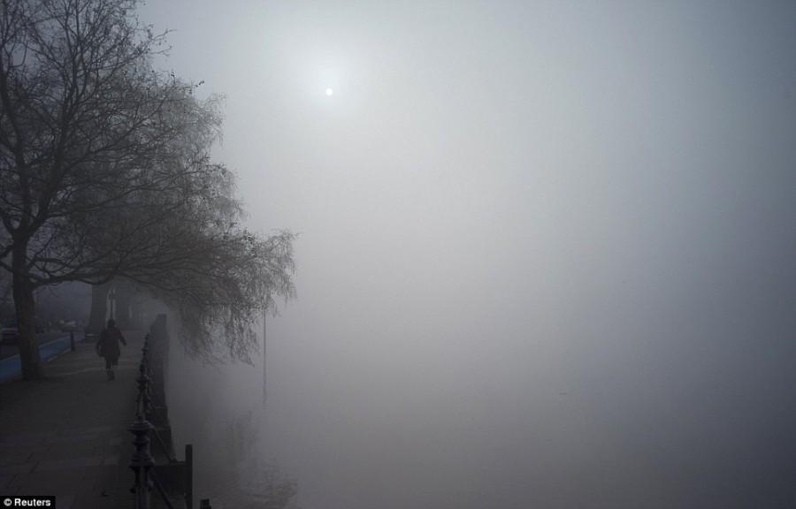 Туман в Лондоне, набережная вдоль Темзы
