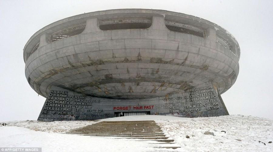 Вандалы уничтожают здание по крупному