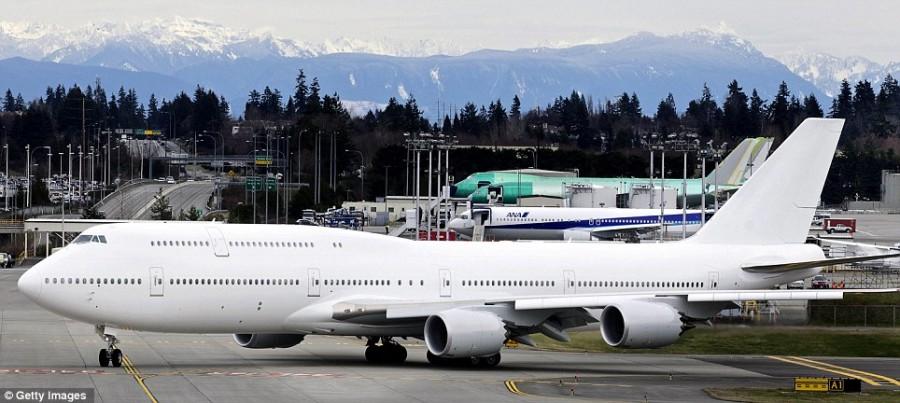 Дорогая игрушка Boeing 747-8