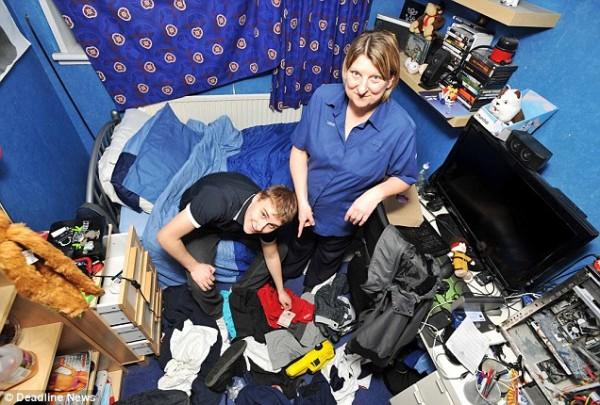 Райан Китчинг и его мать Сьюзен в неубранной комнате