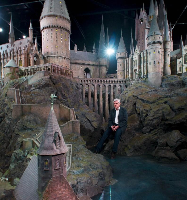 Stuart Craig рядом с моделью Школы Магии и Волшебства