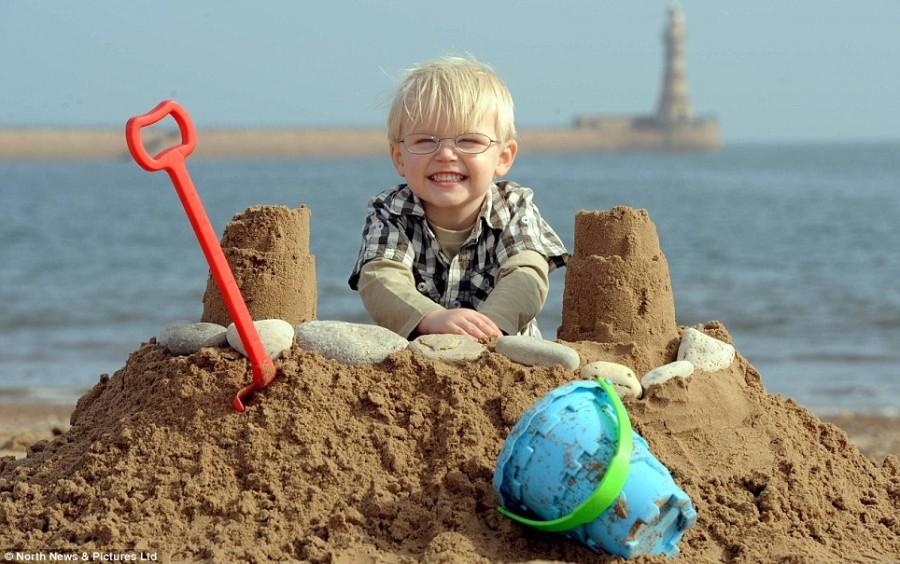Ребенок радуется теплой весенней погоде на Рокер-Бич, Сандерленд