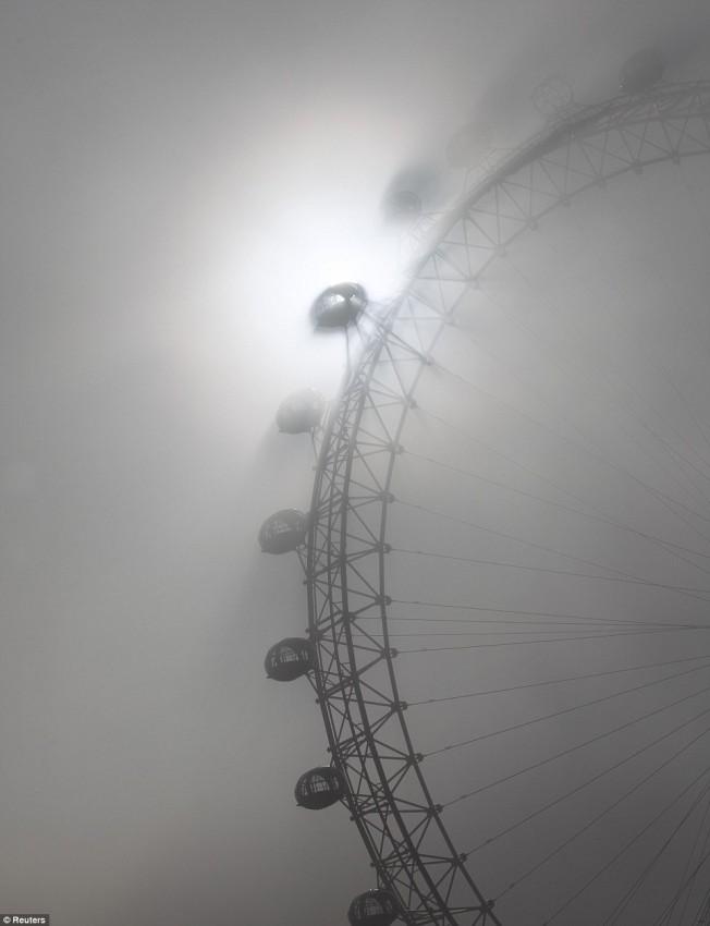London Eye утонул в призрачном тумане Лондона