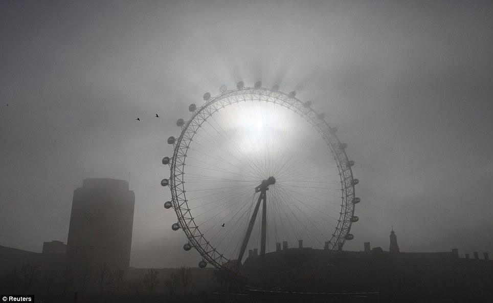Туман в Лондоне скрыл даже Лондонский глаз