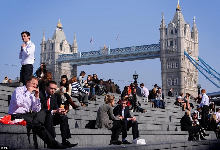 Обеденный перерыв в Лондоне, все греются на солнышке