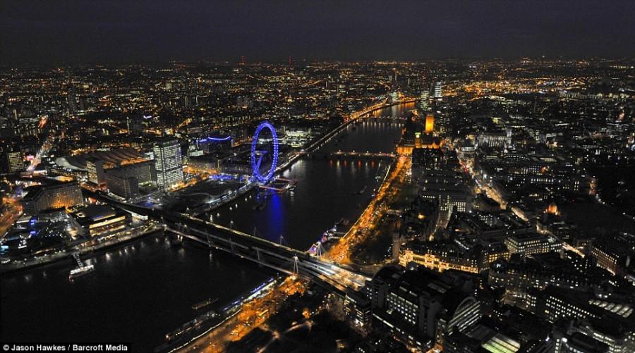 Лондонский глаз горит неоновым синим цветом