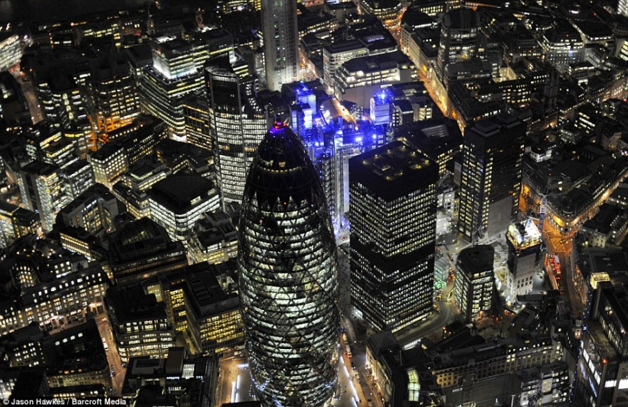 Швейцарская башня Re и здания Lloyds в Лондоне