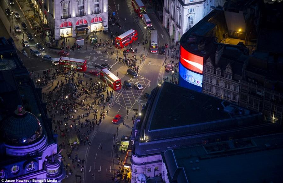 Площадь Пикадилли и двухэтажные красные автобусы, являющиеся символом Лондона