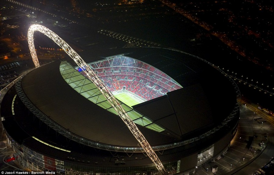 Стадион Уэмбли на северо-западе Лондона купается в белом свечении