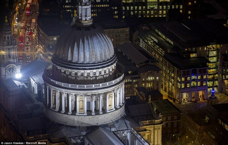 Собор Святого Павла освещается теплым белым светом