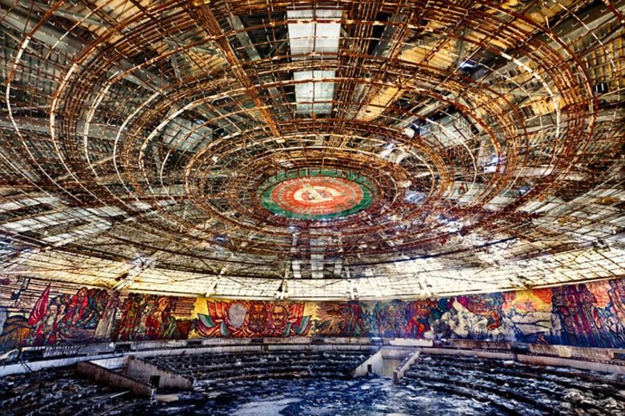 Кучи мусора и разграбленные интерьеры Дома коммунистической партии