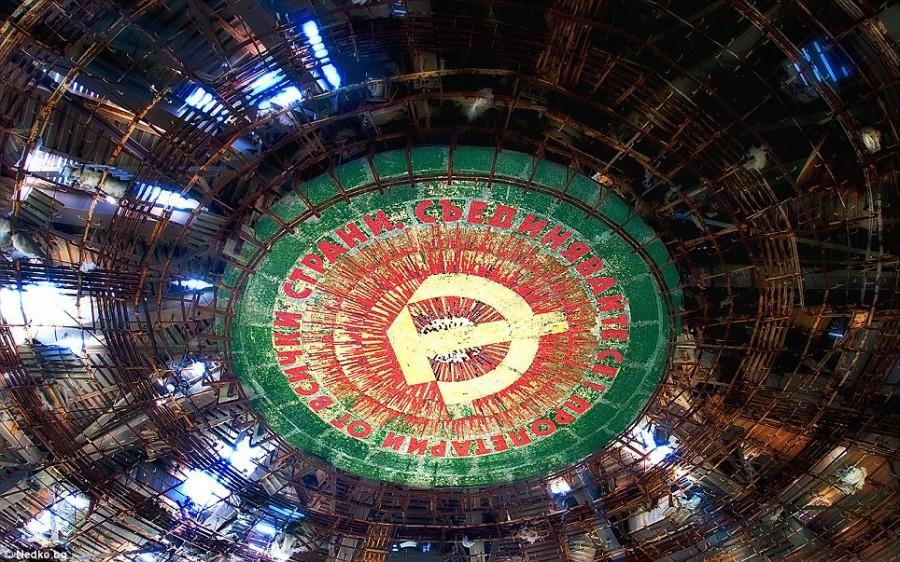 Эмблема коммунистической партии и разрушенный потолок сооружения