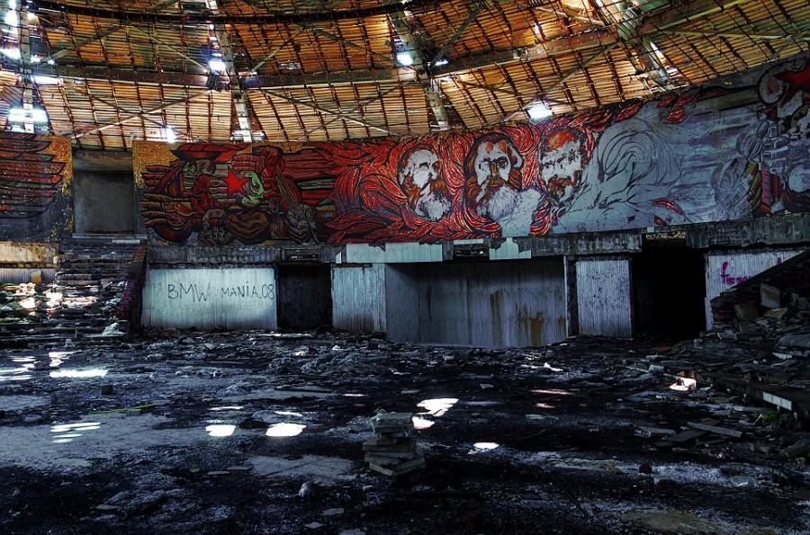 Полуразрушенная мозаика коммунистических лидеров ушедшей эпохи