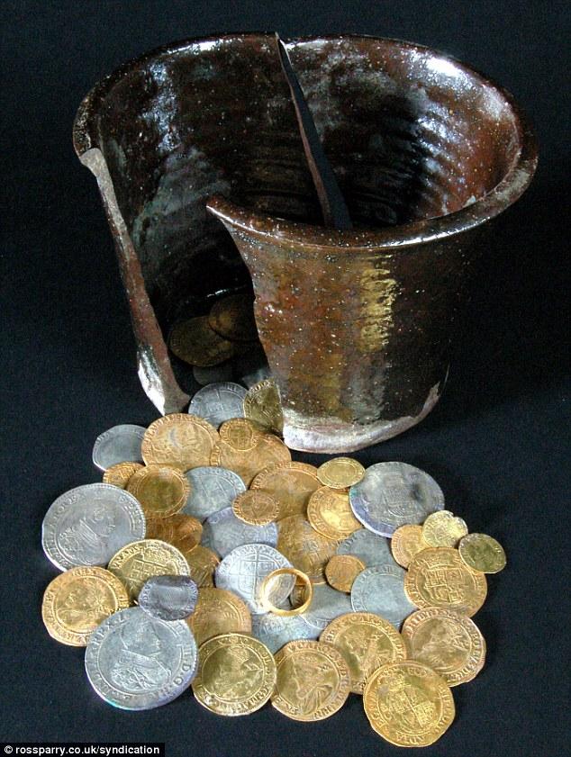 600 золотых и серебряных монет с золотым кольцом