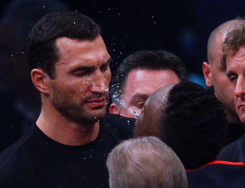 Дерек Чисора плюет водой в лицо Владимиру Кличко