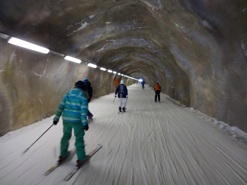 Самый длинный лыжный туннель в мире, который ведет через скалы, на северной стороне горы