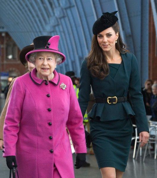 Королева Елизавета II и герцогиня Кейт незадолго до отъезда в Лестере