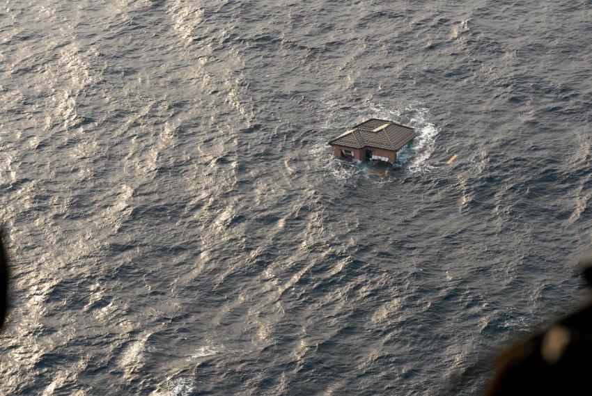Мусор, дрейфующий в океане после цунами в Японии