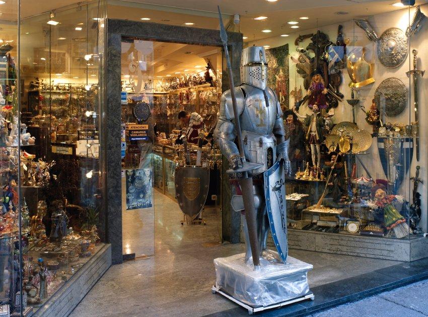 Средневековые доспехи, мечи изготавливаются в Толедо на протяжении веков