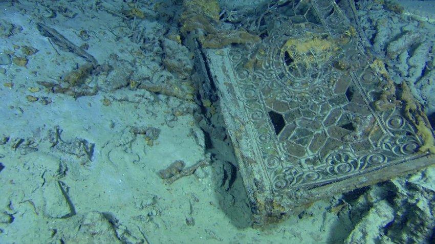 Дверь из интерьеров Титаника на океаническом дне