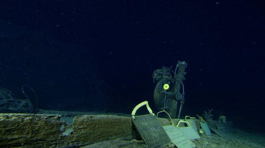 Памятные доски экспедиций, посещавших Титаник