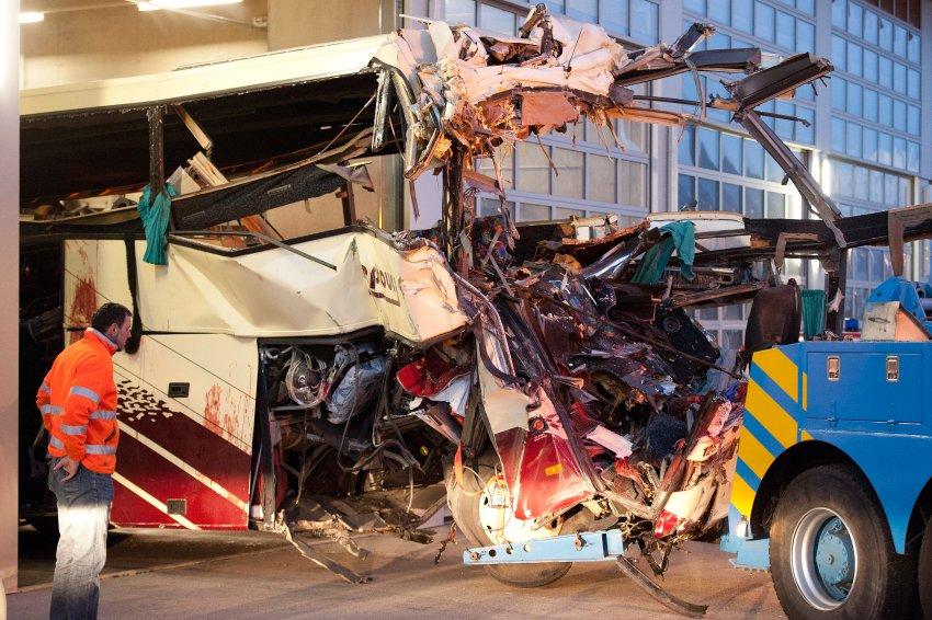 Обломки автобуса из тоннеля