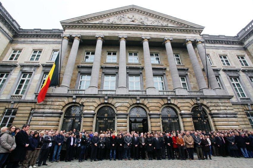 Бельгийские парламентарии во время минуты молчания на ступеньках Парламента