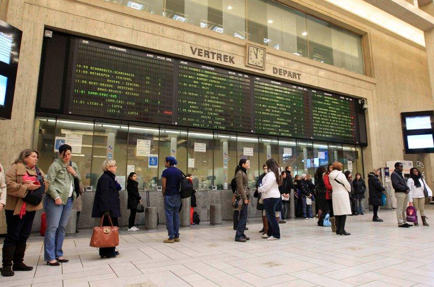 Все автобусы и поезда были остановлены, пассажиры в Брюсселе так же почтили память погибших детей