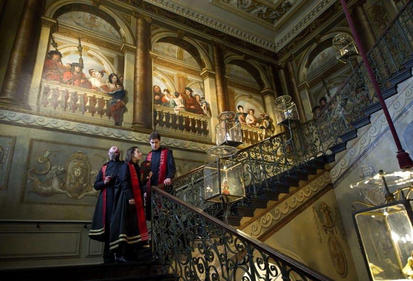Живописные лестницы 18 века сохранились до сих пор